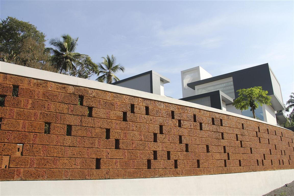 The running wall residence lijo - Exterior brick wall design ideas ...